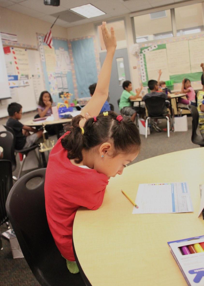 Mariana Hernandez alumna del cuarto grado de la primaria Wolf Canyon participa en la clase de planeacion y exito financiero que impartio Gabriel Flores como voluntario en apoyo al programa de la organizacion Junior Achievement